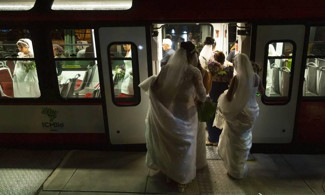 """A """"carruagem"""" das noivas foi o trem do Corcovado Foto: Leo Martins / Agência O Globo"""