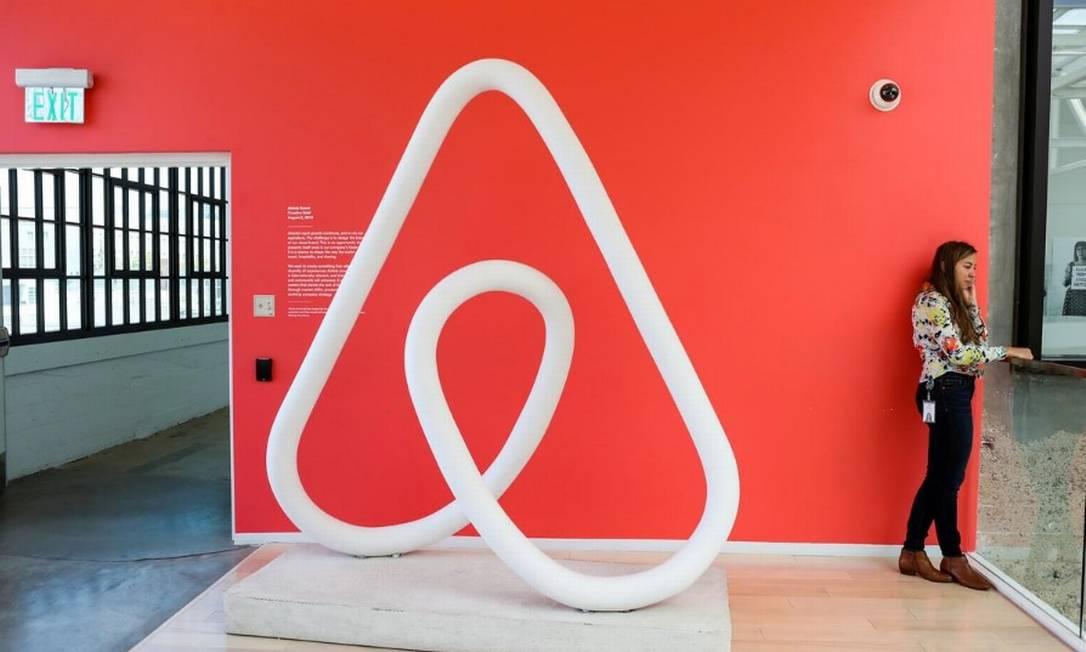 Mulher fala ao telefone na sede do escritório da Airbnb no distrito de Soma, em San Francisco, Califórnia Foto: Reuters