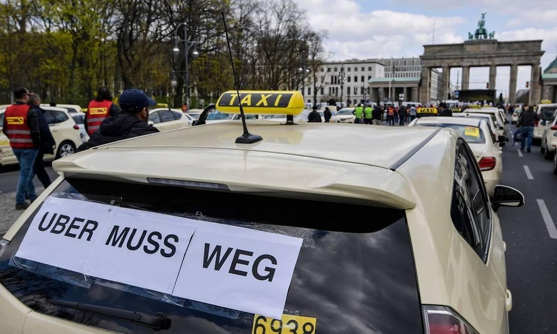 """Táxi alemão protesta contra Uber, dizendo que app """"tem de ir embora"""" do país. Foto: TOBIAS SCHWARZ / AFP"""