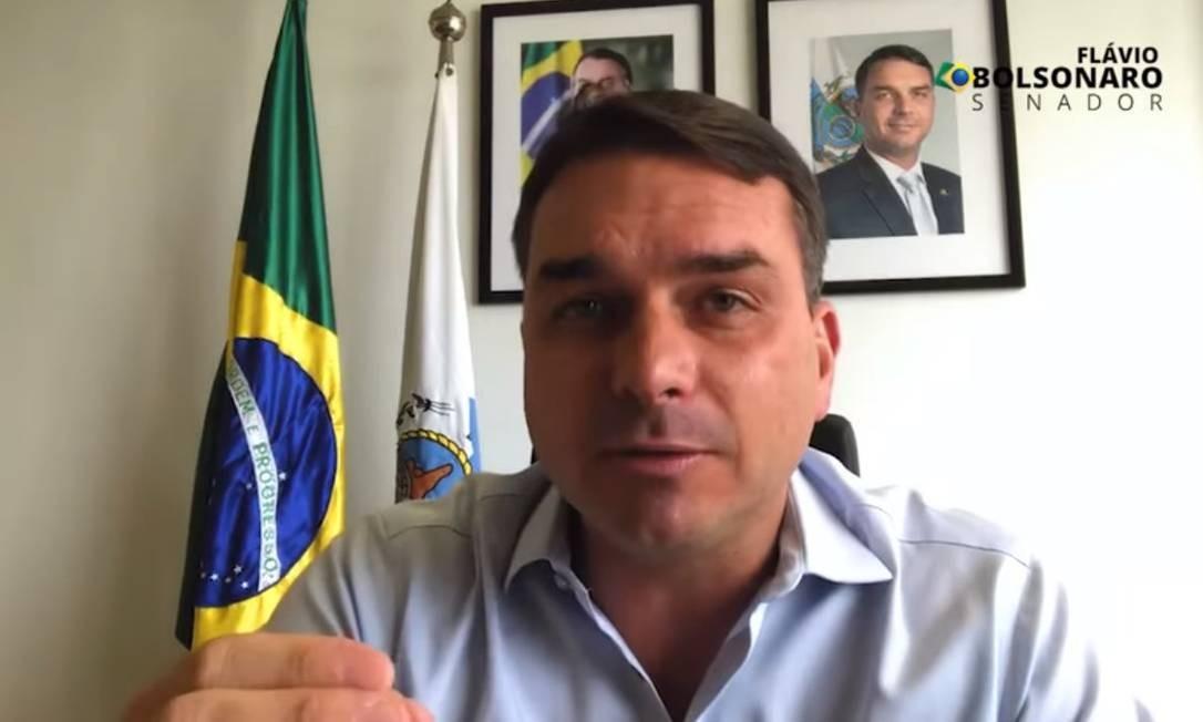 O senador Flávio Bolsonaro em vídeo publicado nas redes sociais Foto: Reprodução / Youtube