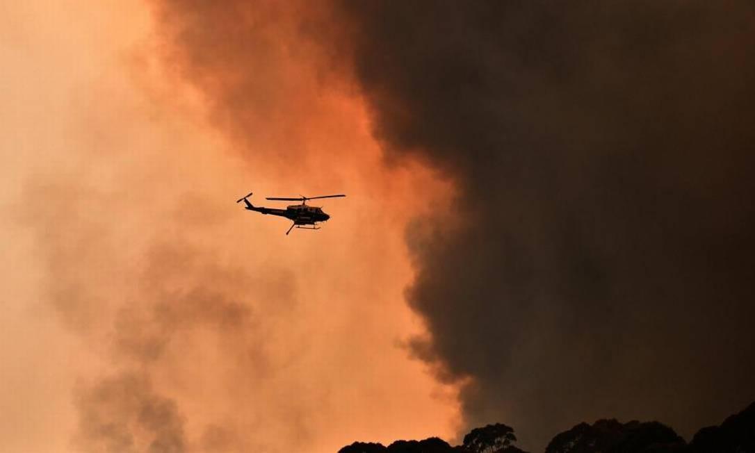Um helicóptero é visto durante um incêndio perto de Bilpin, 90 km a noroeste de Sydney, na Austrália, em 19 de dezembro de 2019 Foto: APP