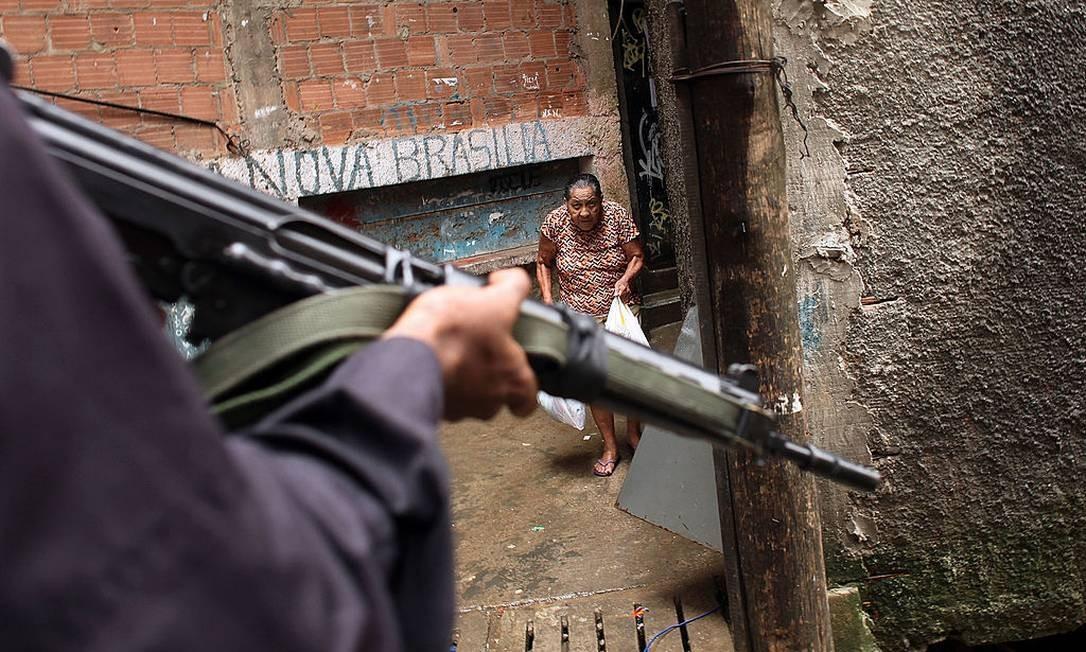 Policial do BOPE em operação na favela do Cantagalo Foto: Spencer Platt / Getty Images