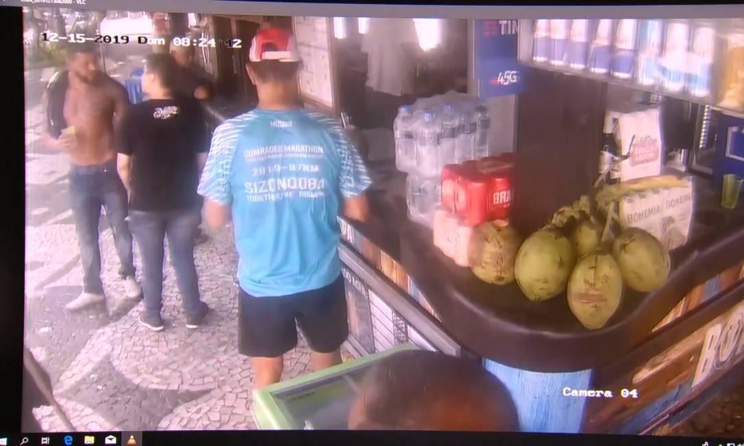 Imagem de câmera de segurança mostra Karol conversando com o agente penitenciário Guilherme Foto: Reprodução