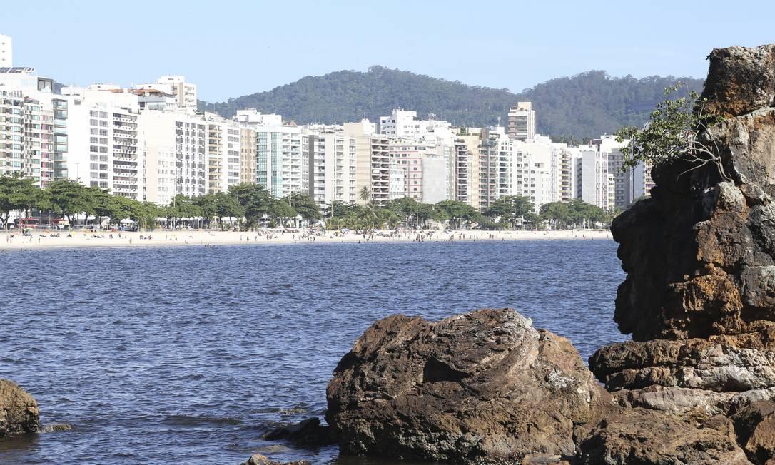 Praia de Icaraí vista pela Pedra de Itapuca: o mar foi considerado balneável, com exceção do trecho em frente à Rua Mariz e Barros Foto: Pedro Teixeira / Pedro Teixeira