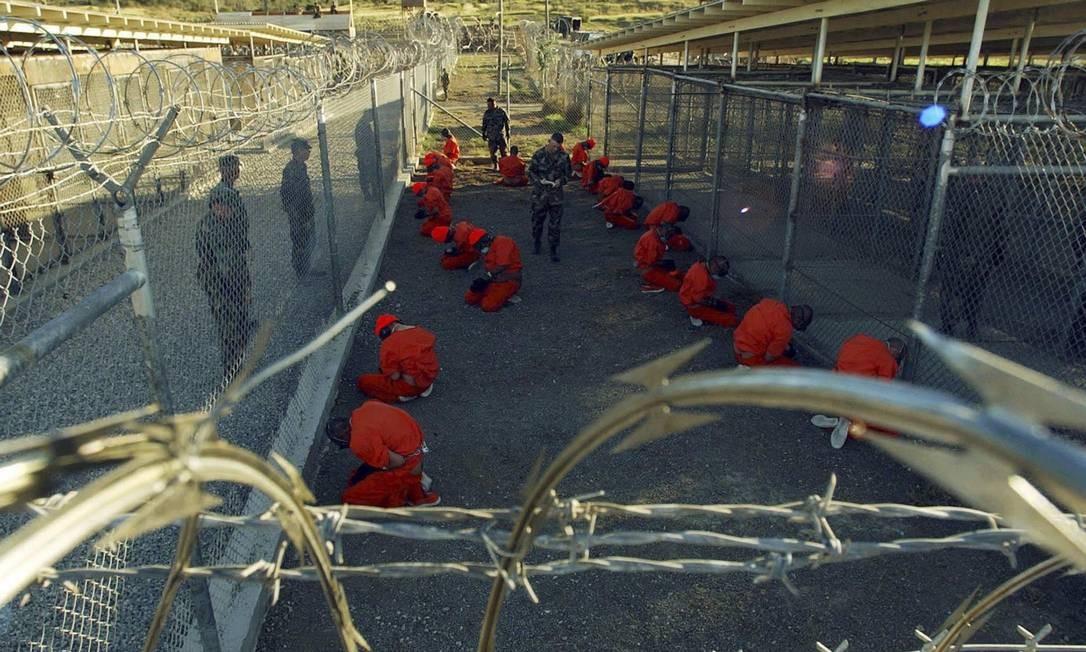 Terror: detentos na prisão de Guantánamo, em Cuba; Smith comandou inspeção que culminou na libertação de 745 dos 780 prisioneiros da base Foto: STR / Reuters/11.01.2002