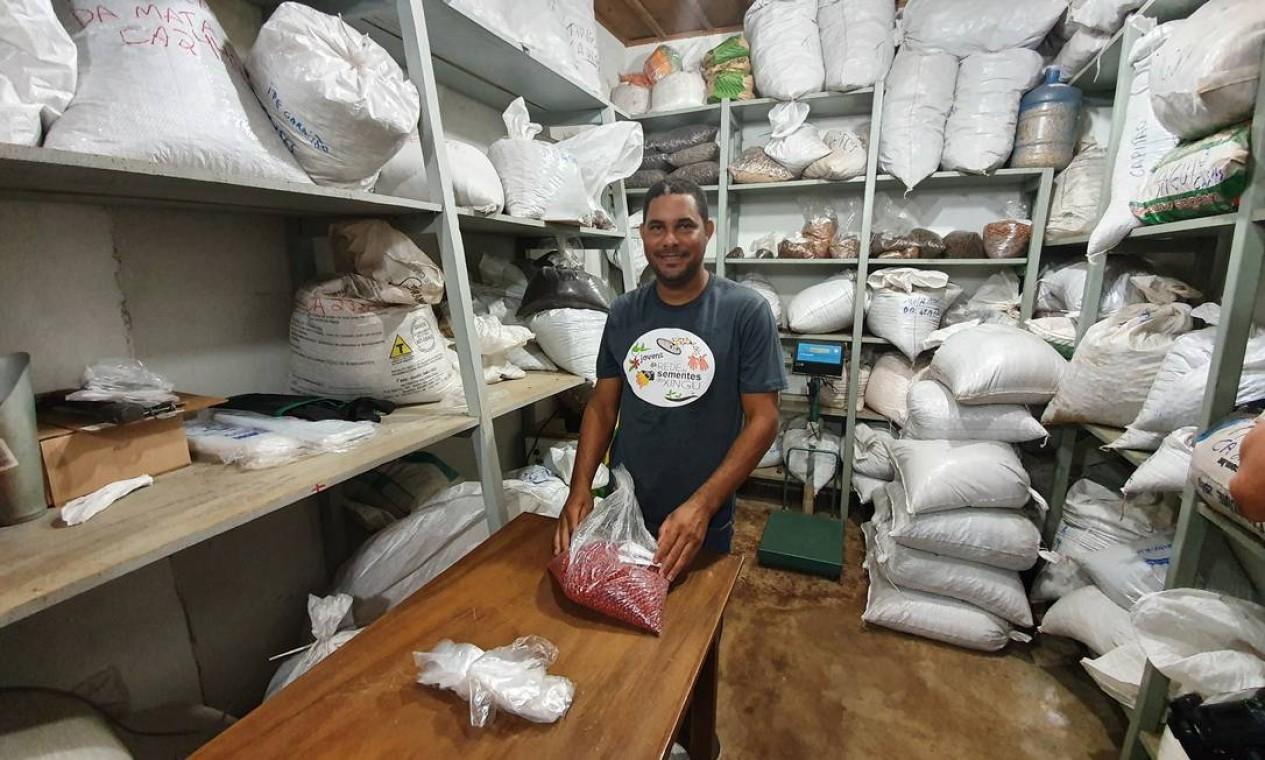 Banco de sementes: O técnico Nataniel mostra as sementes para a muvuca, estocadas num ambiente especial. Este ano, 33 toneladas foram usadas em projetos de semeadura com a muvuca Foto: Ana Lucia Azevedo / local