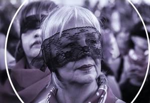"""Manifestante na performance de """"O violador em seu caminho"""", no Chile: mulheres adultas e avós são as principais participantes do protesto contra o patriarcado Foto: Foto de Gabriela García com arte de Ana Luiza Costa"""