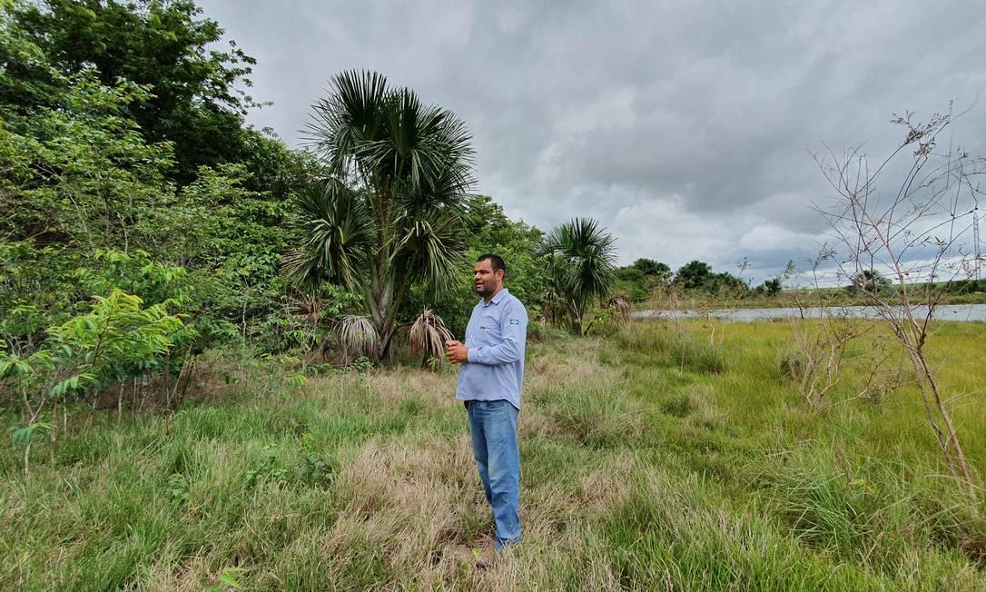De desmatador a plantador de florestas: O técnico agrícola Uri Correia é um dos responsáveis pelo plantio e o monitoramento das florestas replantadas na fazenda de soja Rancho 60, em Bom Jesus do Araguaia, no Mato Grosso Foto: Ana Lucia Azevedo / Agência O Globo