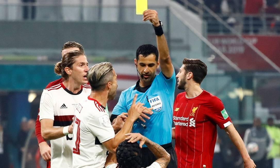 Rafinha, do Flamengo, recebe cartão amarelo do árbitro Abdulrahman Al Jassim após entrada em Mané Foto: CORINNA KERN / REUTERS