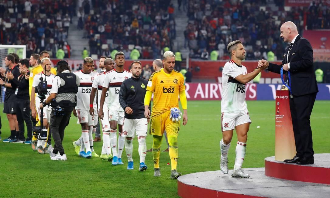 Diego, do Flamengo, recebe a medalha do presidente da Fifa, Gianni Infantino Foto: KAI PFAFFENBACH / REUTERS/Kai Pfaffenbach