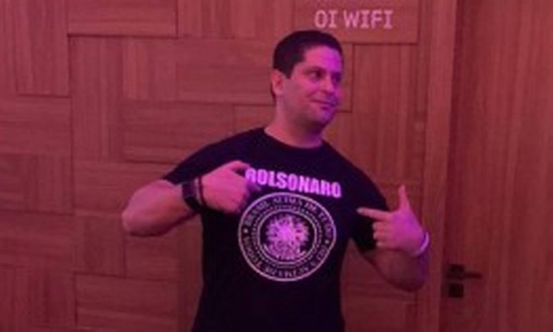 Alexandre Santini, sócio de Flávio Bolsonaro em loja da Kopenhagen, exibe uma camisa com o nome Bolsonaro no Rock in Rio, após não conseguir acesso ao camarote do governador Wilson Witzel. Reprodução/Instagram Foto: Reprodução/Instagram