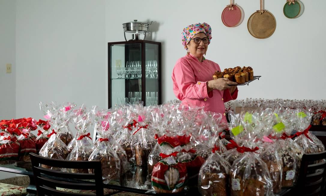 Bolos com calda de goiaba, docinhos de aniversário e panetones são destaques do empreendimento da ex-governadora. Foto: BRENNO CARVALHO / Agência O Globo