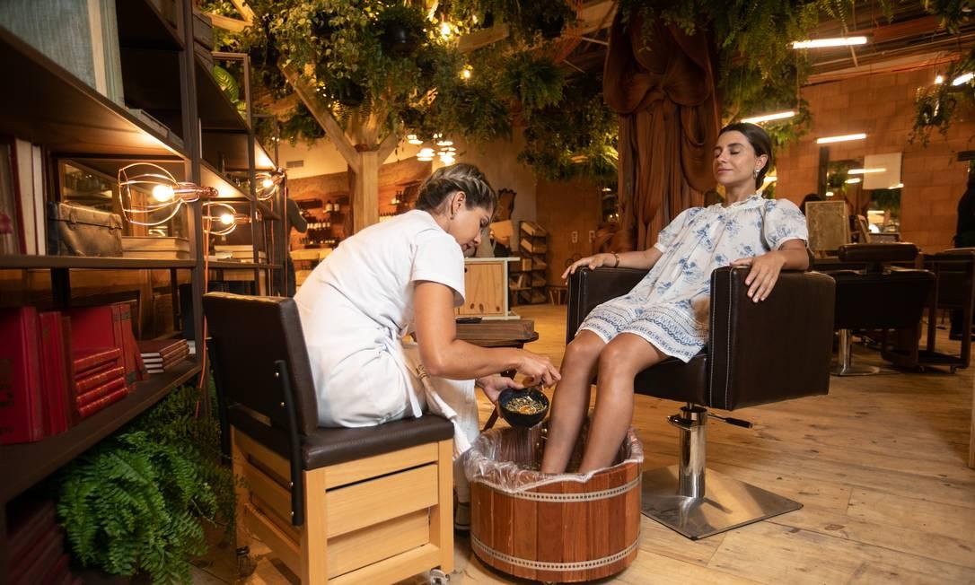 Para recarregar. A stylist Maria Eleonora Chagaz recebe massagem de boas-vindas no salão Laces, no Rio Design Leblon Foto: BRENNO CARVALHO / Agência O Globo