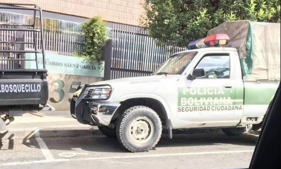 Veículo da polícia boliviana visto na sede diplomática do México na Bolívia Foto: SRE/El Universal