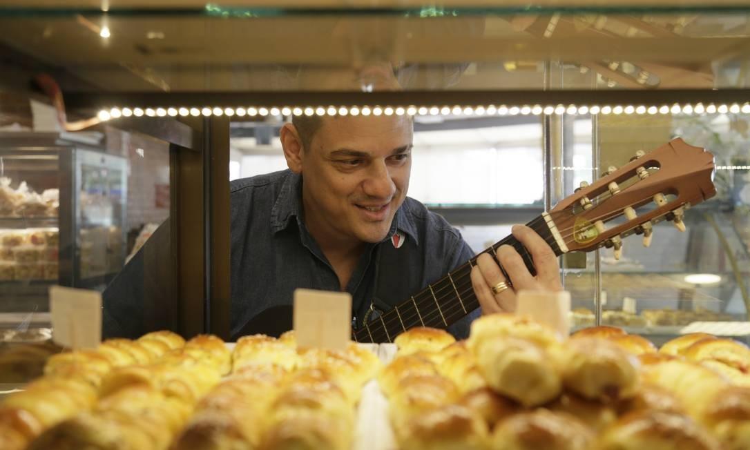 Mario Moraes canta enquanto clientes fazem degustações das guloseimas que ele vende Foto: Custódio Coimbra / Agência O Globo