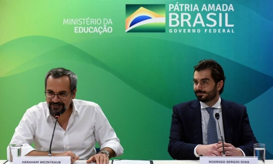 Rodrigo Sergio Dias (à esquerda) ao lado do ministro da Educação, Abraham Weintraub, no dia em que foi nomeado presidente do FNDE; ele foi exonerado com menos de quatro meses no cargo Foto: Divulgação/MEC