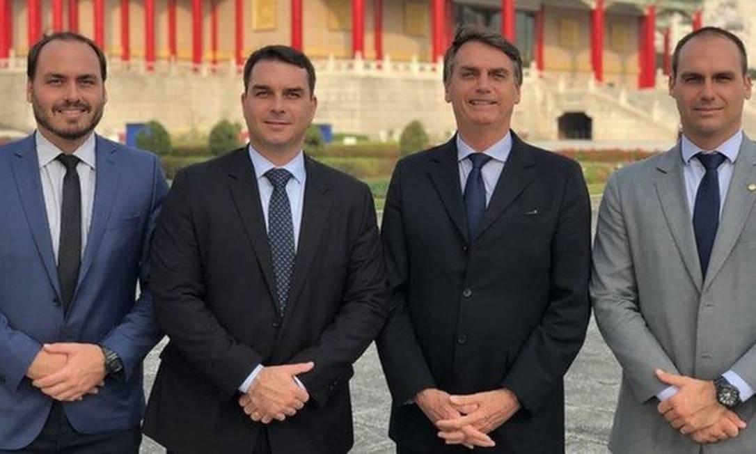 Carlos, Flávio, Jair e Eduardo Bolsonaro durante viagem a Taiwan, em 2018 Foto: Reprodução