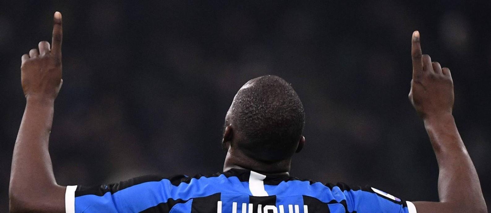 Outro ângulo da celebração de Lukaku contra o Genoa Foto: MARCO BERTORELLO / AFP