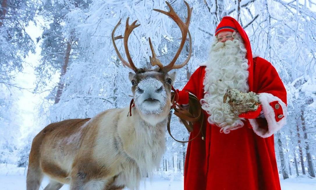 Papai Noel e uma rena nos arredores da Vila do Papai Noel, ou Santa Claus Village, perto de Rovaniemi, a capital da Lapônia, na Finlândia Foto: Santa Claus Village / Reprodução