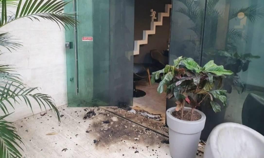 Ataque deixou marcas na fachada da produtora do Porta dos Fundos Foto: TV Globo