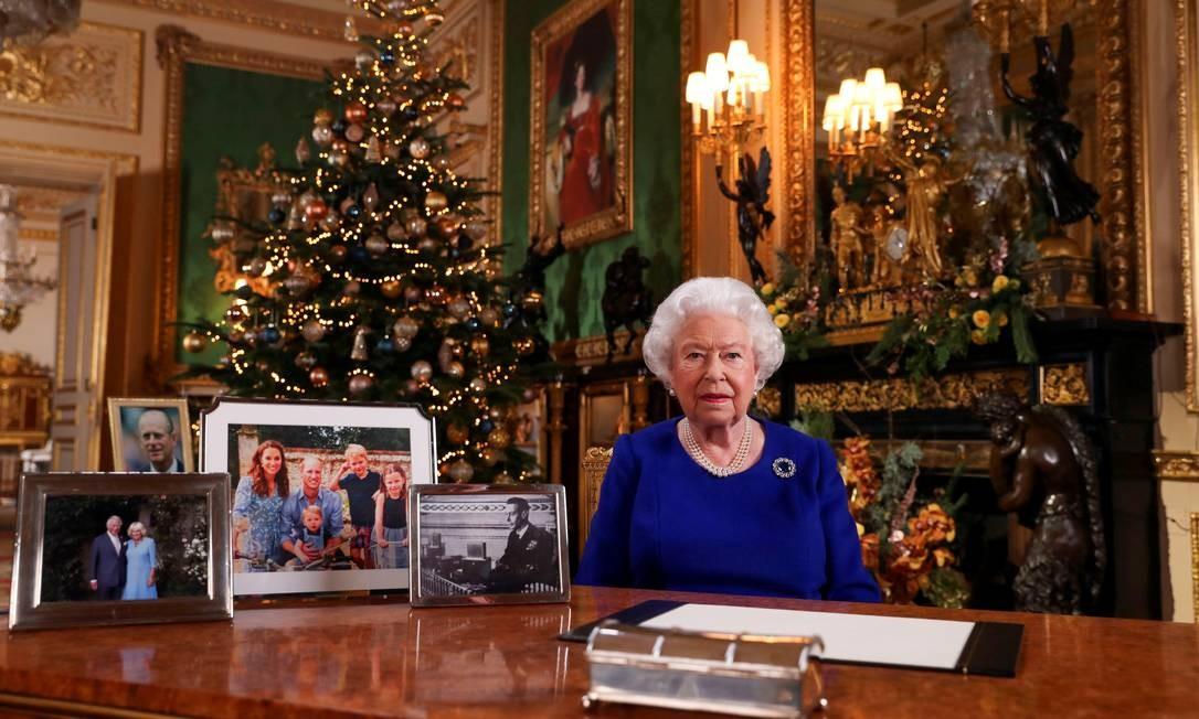A rainha Elizabeth se prepara para sua mensagem anual de Natal, que esse ano abordou engajamento dos jovens Foto: POOL New / REUTERS