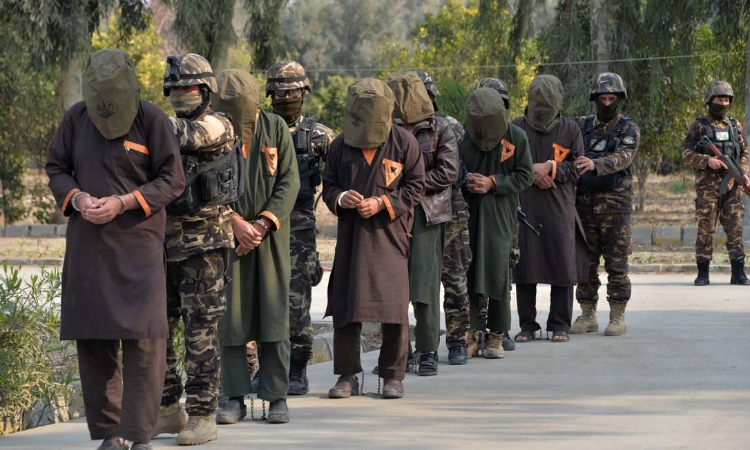 Militares afegãos apresentam um grupo de talibãs capturados na província de Nangarhar, em janeiro. Milícia hoje ocupa mais de 70% do território do país Foto: NOORULLAH SHIRZADA / AFP