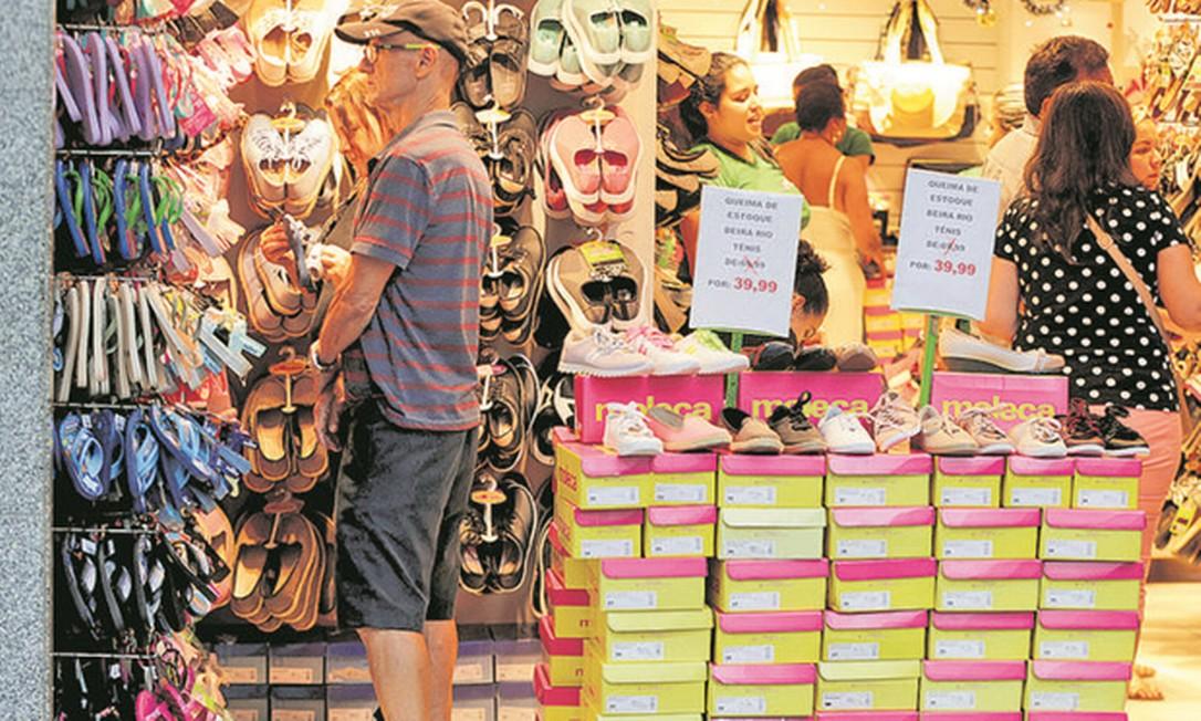 Consumidores observam produtos em sapataria de Copacabana: para a troca de presentes vale a política de trocas apresentada a quem comprou o produto Foto: Domingos Peixoto / Agência O Globo