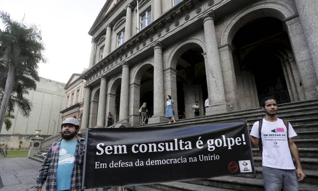 Em julho, posse do reitor da UNIRIO Ricardo Silva Cardoso teve protesto na entrada Foto: Gabriel de Paiva / Agência O Globo