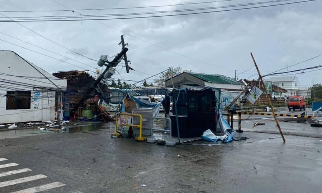 Destroços do tufão Phanfone nos arredores do aeroporto internacional Kalibo Foto: Jung Byung-joon / AFP