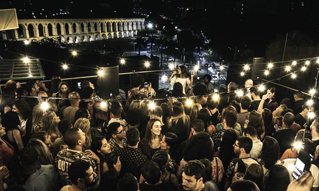 Terraço do hotel Selina, na Lapa, virou xodó Foto: Rodrigo Ferraz