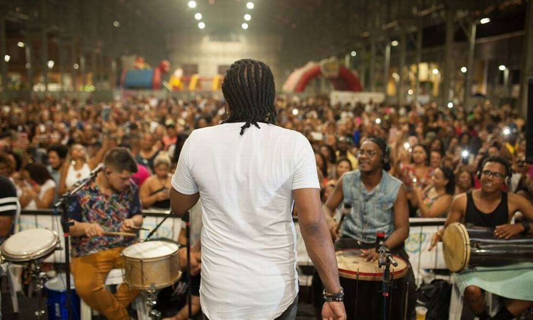 Xande de Pilares em uma edição do Samba da Feira: evento gratuito reúne milhares de pessoas aos sábados Foto: Vander Moreira