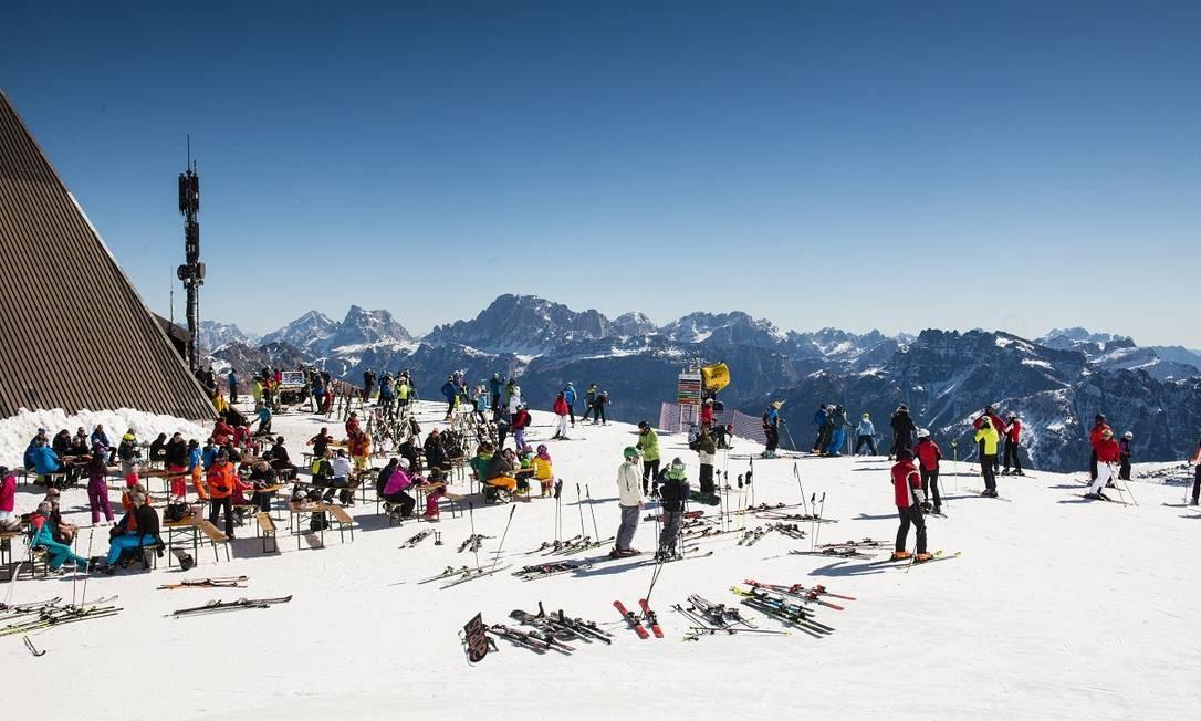Esquiadores no Passo San Pellegrino, no topo da montanha Col Margherita, nas Dolomitas, no nordeste da Itália Foto: Susan Wright / The New York Times
