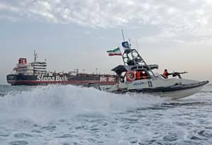 Barco de patrulha da Guarda Revolucionária iraniana patrulha a embarcação britânica Stena Impero, pouco depois de ser capturada em 20 de julho. Atuação dos iranianos no Estreito de Ormuz é criticada por países como os EUA, Reino Unido e Arábia Saudita Foto: HASAN SHIRVANI / AFP