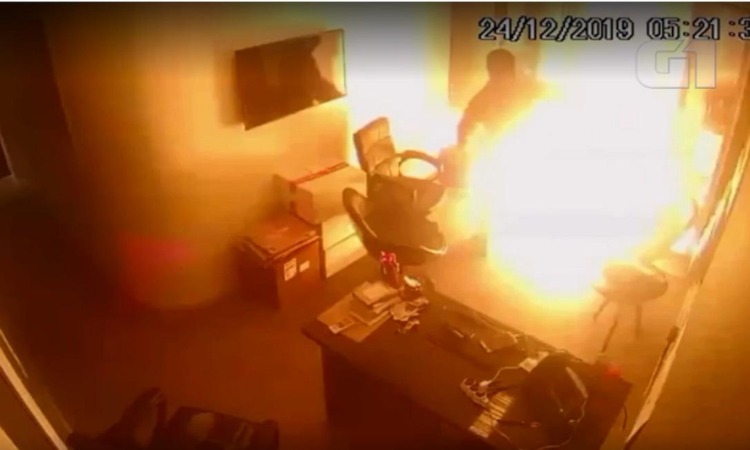 Vigilante é surpreendido pelo fogo em ataque à produtora Porta dos Fundos Foto: Reprodução