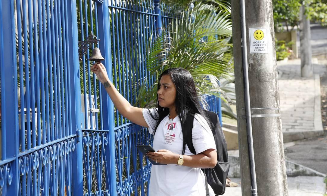 Entrevistadores do projeto estão visitando residências dos 33 bairros da cidade. Eles chegam com uniforme e crachá Foto: Agência O Globo
