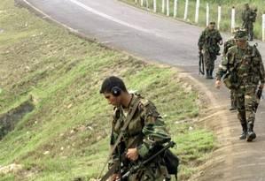 Integrante do Exército colombiano busca minas terrestres Foto: Eliana Aponte / Reuters/22-02-2002