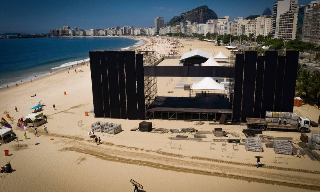 Palco principal está sendo montado, em Copacabana, para a festa da virada do ano Foto: Pablo Jacob / Agência O Globo