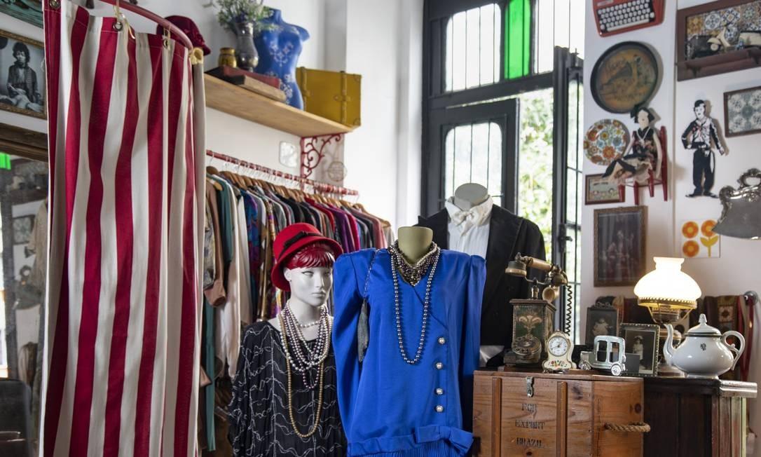 Brechó Maio 68: roupas de várias décadas em ambiente retrô Foto: Ana Branco / Agência O Globo