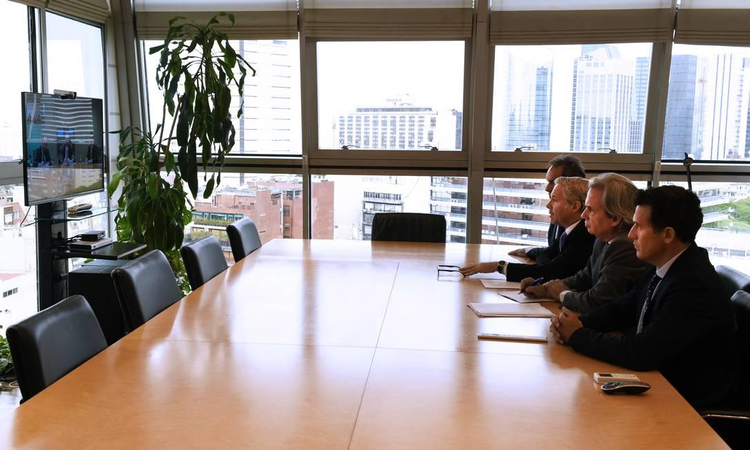 Chanceler da Argentina, Felipe Solá (à direita, no centro) fala com o chanceler brasileiro Ernesto Araújo durante reunião por videoconferência na terça-feira, 24 Foto: Divulgação / Ministériodas Relações Exteriores, Comércio Internacional e Culto da Argentina