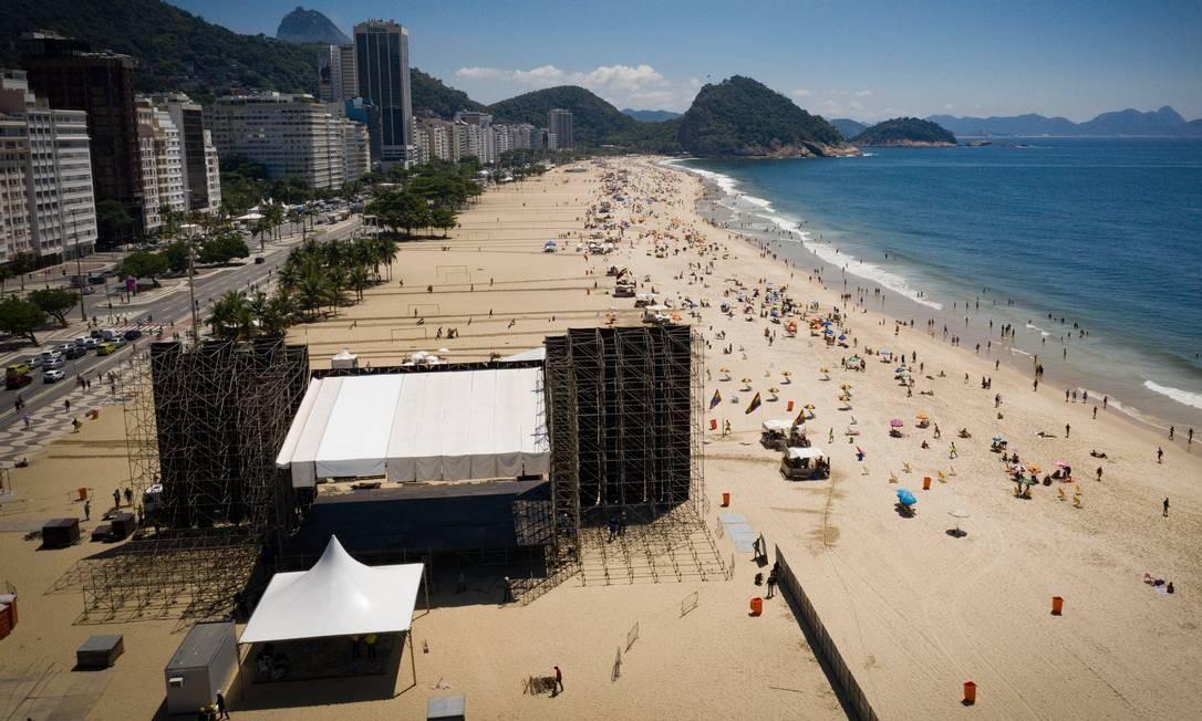 Montagem do palco para a festa de Réveillon na Praia de Copacabana Foto: Pablo Jacob / Agência O Globo