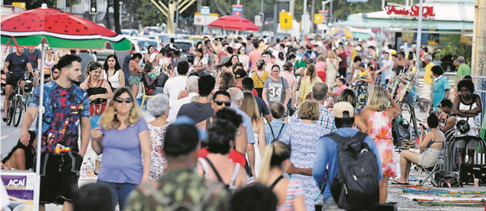 Mar de gente. Cariocas e turistas lotam o calçadão de Copacabana, bairro que deverá concentrar a maior parte dos visitantes: na noite da virada para 2020, a previsão é que todos os 53 mil quartos de hotel da cidade estarão ocupados Foto: Domingos Peixoto