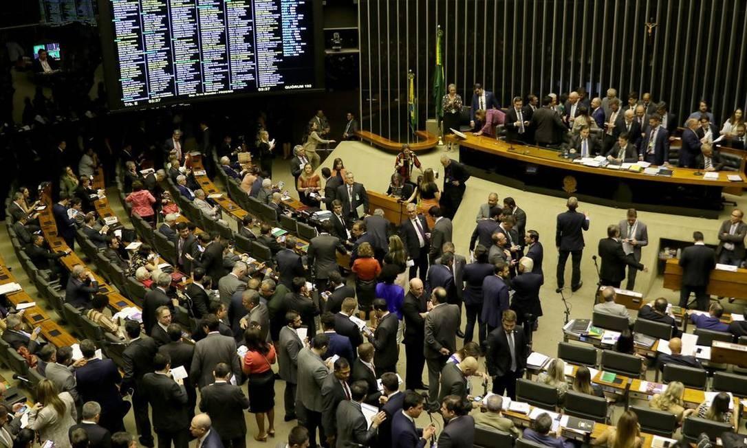 O Plenário da Câmara dos Deputados, aprova o projeto de lei que aumenta a pena de quem abusa, fere ou mutila cães e gatos Foto: Wilson Dias / Agência Brasil