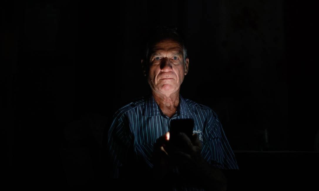 O aposentado Paulo Cesar Rodrigues, de 70 anos, não atende mais o telefone, pois não aguenta mais as chamadas indesejadas dos bancos. Foto: Agência O Globo