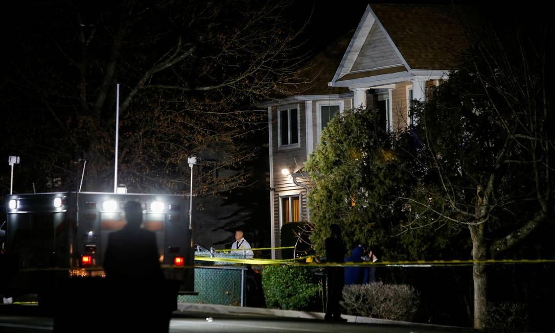 Residência de rabino em Monsey (NY) foi isolada pela polícia e paramédicos socorreram pelo menos cinco vítimas após ataque antissemita no sábado Foto: EDUARDO MUNOZ / REUTERS