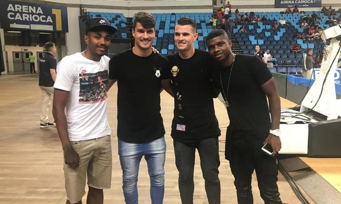 Vitinho, Thuler, Dener e Lincoln posam juntos na Arena Carioca 1 Foto: Twitter/Flamengo
