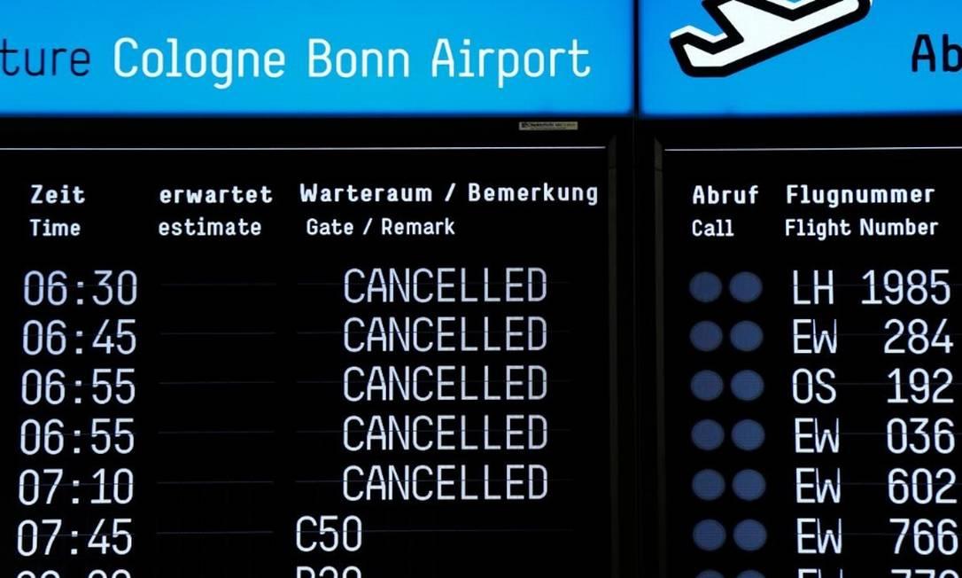 Painel do aeroporto de Cologne, na Alemanha, mostra os voos da Lufthansa cancelados por conta da greve Foto: Reuters