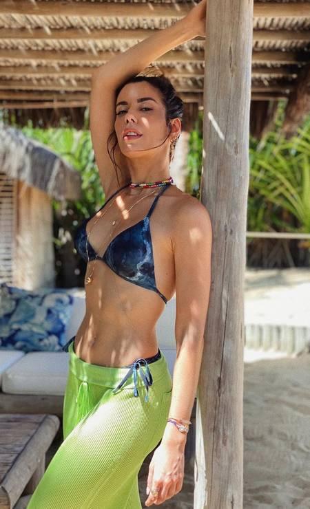 Camila Coutinho escolheu um modelo em tons de azul; colares de contas coloridas e lacinho por fora da saia, que faz as vezes de saída de praia, arrematam o look Foto: Reprodução do Instagram