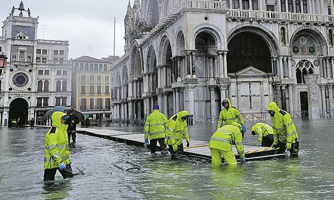 Bombeiros instalam plataforma na Praça de São Marco, em Veneza Foto: Manuel Silvestri/REUTERS/24-11-2019