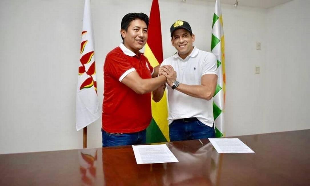 Marco Pumari e Luis Fernando Camacho após assinatura de acordo para eleições Foto: Divulgação/Facebook