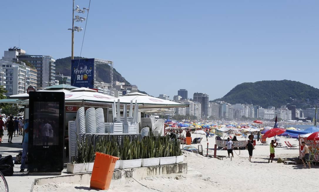 Cadeiras e grades ficam empilhadas em quiosque da orla de Copacana à espera da liberação dos cercadinhos na areia Foto: Fabio Rossi / Agência O Globo